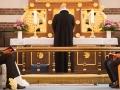 En spændt brudgom ved alteret