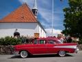 Flot rød Chrevrolet uden for Gilleleje Kirke