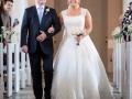 Bruden føres til alteret af faren
