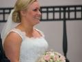 Bruden ser spændt mod brudgommen