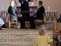 En lille bryllupsgæst er ikke så interesseret i vielsen