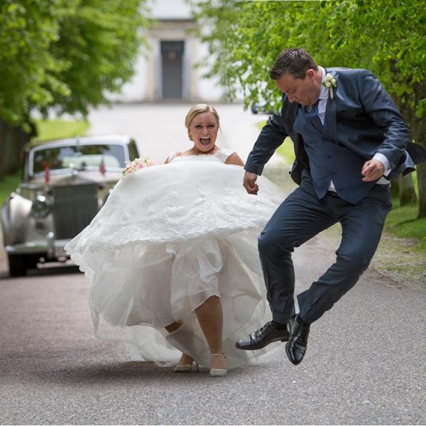 Et glad brudepar efter vielse