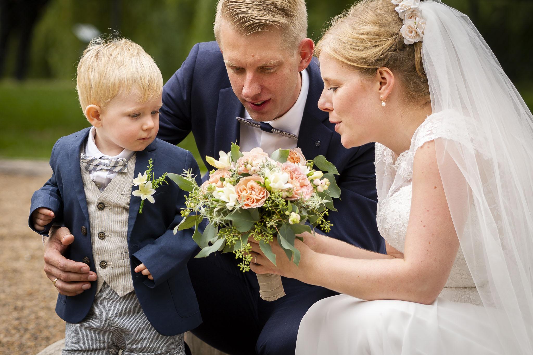 Brudepar med lille brudesvend