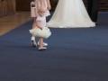 Brudepigen har tabt sin sko på vej mod alteret