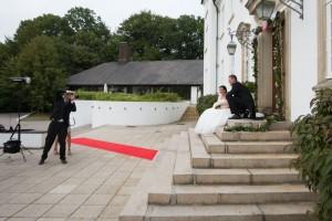 Niklas fotograferer brudepar foran Højstrupgård