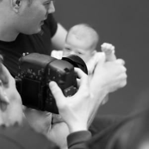 Flemming fotograferer en baby